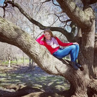 As a veteran tree hugger I of course like hanging out on these big limbs. 🌳🍁🌿 It's the 50th anniversary of the first Earth Day. We are so lucky to have so much natural beauty in the world all around us--the forests, the animals, the oceans.  Please, let's not fuck it up.  #earthday #earthday🌎 #earthday2020