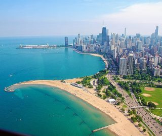 Have you been to Chicago yet? 🙋🏽♀️ Chicago in summertime is THE BEST. 🌞 🚲⛵⛳🎯 There's so much to do from all the activities on the lakefront like boating, biking, golfing, and even archery to the Chicago River with the BEST architecture tour around to the parks and all the outdoor bars and restaurants (hello rooftops!). 🥂 Check out my latest MASSIVE post on my blog on all things to do outdoors in Chicago! 🔗 I've lived here for 21 years and I still have a deep love affair with this city. 💗 As a non-native Chicagoan, I feel I'm a bit more unbiased when I say Chicago is the best city to LIVE IN in the U.S.A. It has an amazing food scene, a huge lakefront/front yard, hundreds of miles of bike lanes and trails, great local neighborhoods, music, street art, and that Midwestern friendly-vibe. Need I saw more? What are you waiting for?! Link in bio! 🔗👆