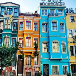 I recently returned to Istanbul for the first time since I lived there and taught English 12 years ago! It was just fantastic to be back to reunite with old friends.❤️ But also to explore new (to me) neighborhoods like the colorful beauty of Fener-Balat seen here. This mostly residential, old Greek district is bursting with character... And slowly filling up with hipster cafés and Insta-worthy murals. Get there quick before it's overrun.🤳 I give more details about this hood and others you should check out when visiting Istanbul. Link in bio! 🔗 ✌️